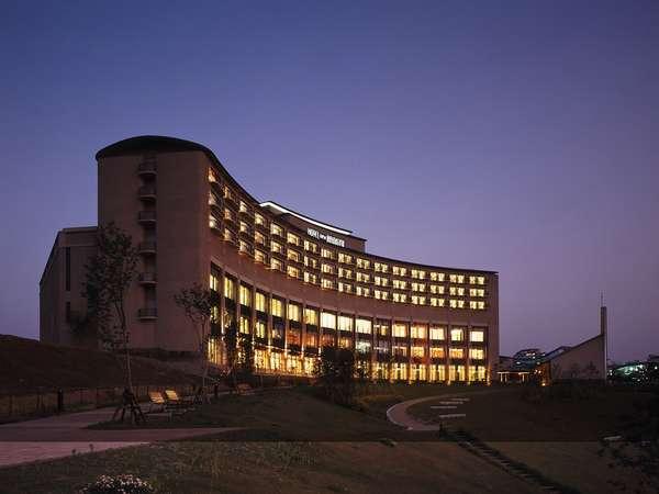 平谷川から望む夜のホテル外観