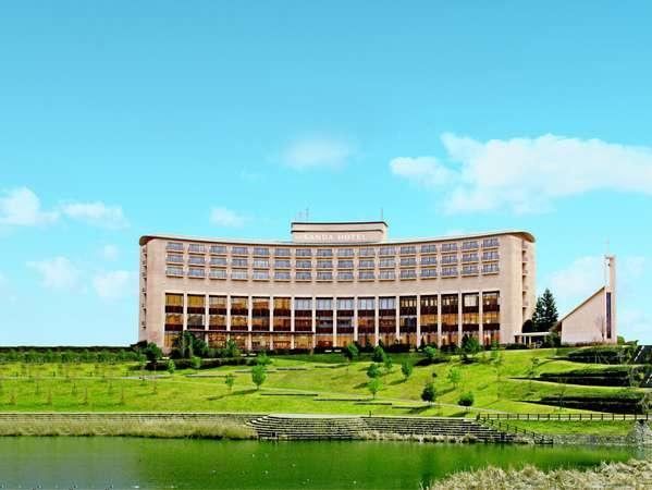 丘陵の街並みに建つ神戸三田ホテルは緩やかなアールを描く美しいフォルムが印象的です。