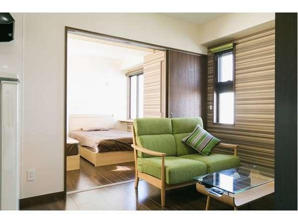 【リビングルーム】明るく開放感のある空間でゆったりと過ごせます。