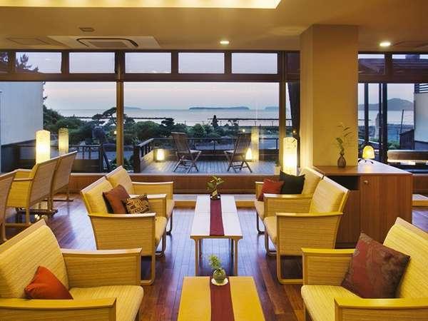 ■ティーラウンジ【宵待ち】全面ガラス張りからの菊ヶ浜や萩五島を眺める景色にうっとり