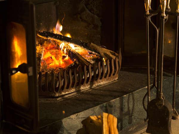 バー「イル・ラーゴ」では、冬期限定で17:00~暖炉に火が灯ります。