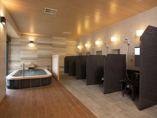 4階の温泉浴室「芦ノ湖の湯」内風呂には洗い場5ヶ所、シャワーブースを1ヶ所を備えております。