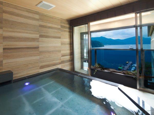 「芦ノ湖の湯」の半露天風呂からは、芦ノ湖と箱根外輪山の眺望をお楽しみいただけます!