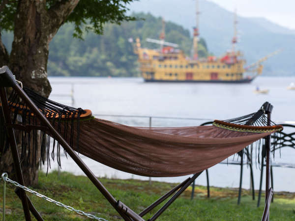 湖畔の庭園内に設置されたハンモック。心地よい風と穏やかな波音に包まれながら湖を眺めることができます。