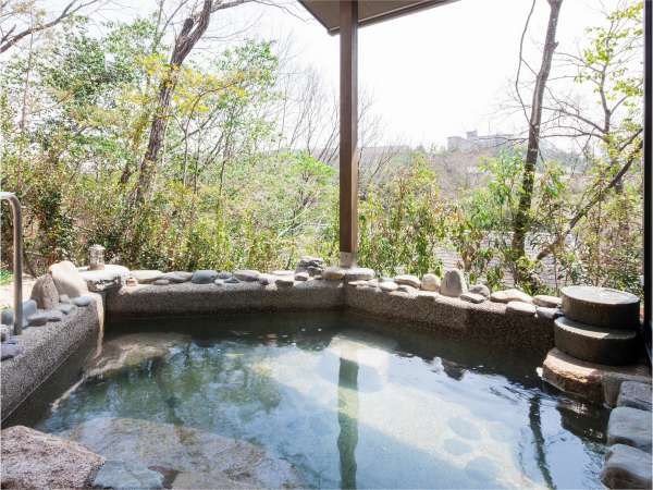 露天風呂では四季折々の風情をお楽しみくださいませ