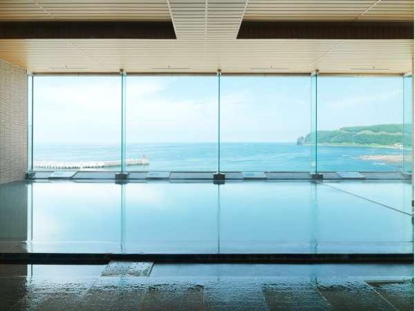 【大浴場】8階大浴場は、オホーツク海を眼前に見ながら湯に浸かることができる。