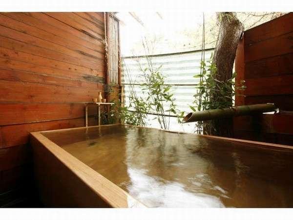 貸切露天風呂万年檜を使用した2メートル×1メートルの湯船です。
