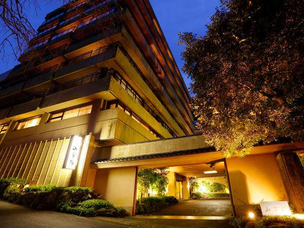 昭和8年創業。山の翠が四季折々に表情を変える渓谷にたつ「料亭旅館」。