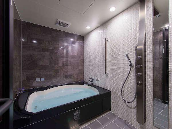 ロイヤルスイート(1002号)、天井から降り注ぐレインシャワーや肩湯で癒しのバスタイム