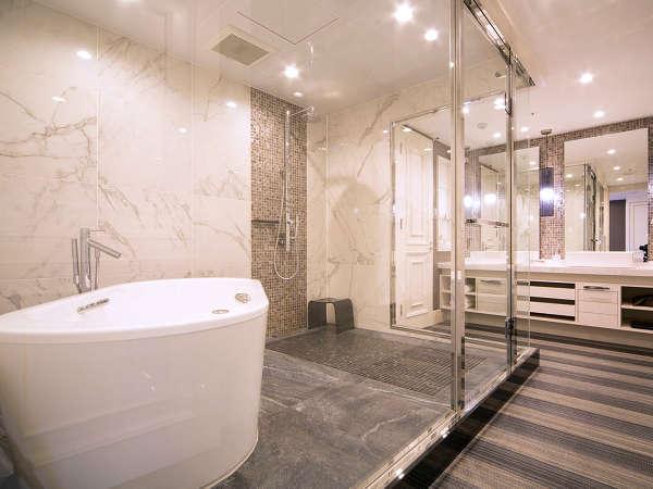 ピエナスイート(1001号室)天井から降り注ぐレインシャワーや肩湯で癒しのバスタイム