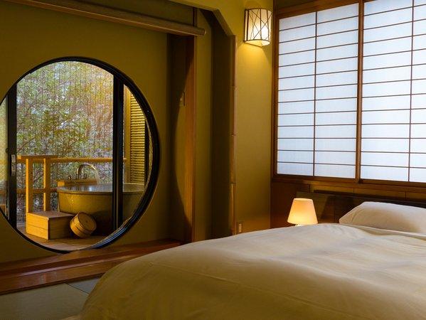 【陶器露天風呂付客室】ダブルベッドを配置したご夫婦やカップルに人気のある客室