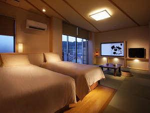 ~然~zen 白木を多く用いた明るいデザインの3階特別室の夕景