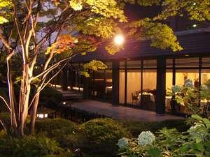 屋外庭園をご覧いただける「和朝食」会場で、優雅な朝をどうぞ。