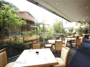 【1FレストランSENSES(センス)】 窓外の眩しい緑を眺めながら爽やかな気分で朝食を…