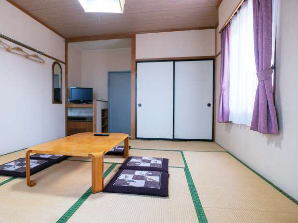 畳のお部屋で横になってリフレッシュ。旅を疲れを癒してください。
