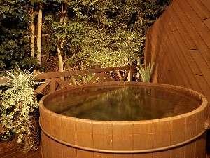 「森の露天風呂」はお部屋ごとに貸切で利用可(無料)。