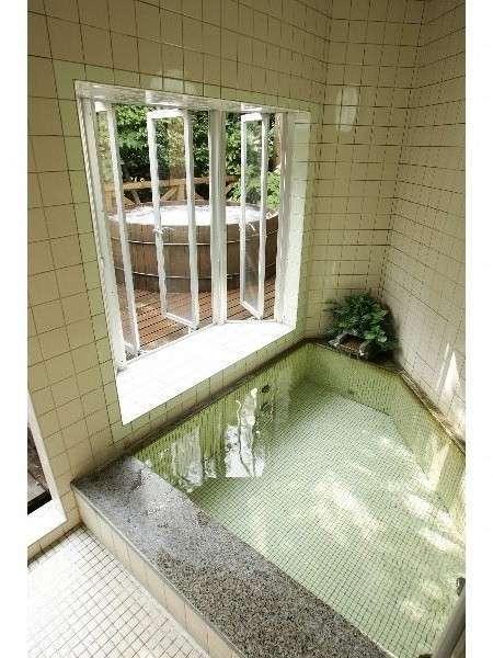 内湯から続く露天風呂は同時貸切OK(無料)。