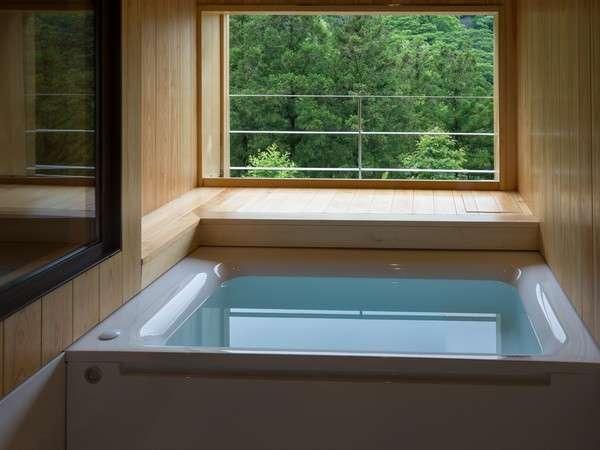 澄んだ空気を味わいながらのんびりと入浴を楽しんで ビューバス付客室301号室の浴室