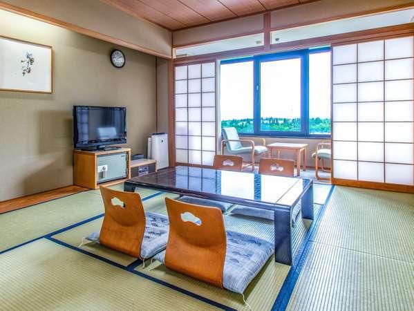 【≪本館≫和室10畳】全室駐車場側に面した客室。晴れた日には山の下方に津南町をご覧いただけます。