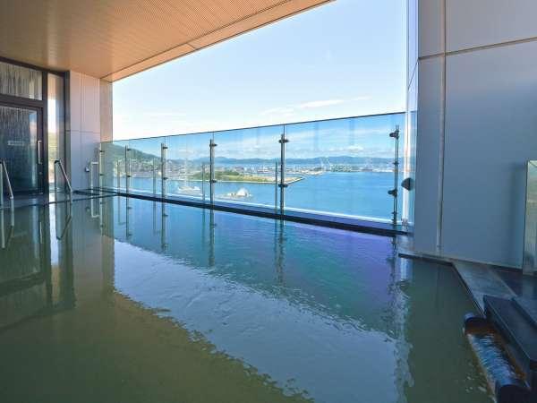 【本館13階 汐見の湯】男湯のみですが露天風呂もございます。函館湾を一望できます。