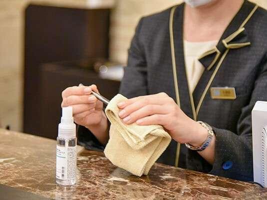 ロビー・フロントや客室、レストラン、宴会場内の設備・備品等、接触が多い箇所の消毒の強化