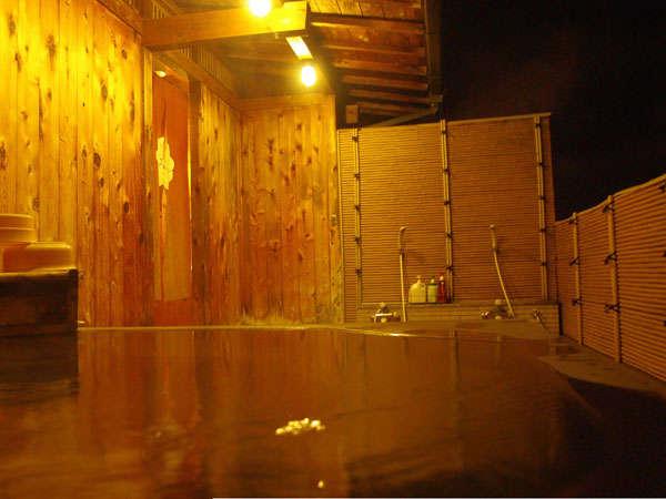 下呂温泉の夜景を望む露天温泉風呂。ご利用時間6:30~23:30
