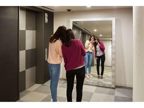 エレベーターホール前にある大きな鏡 全身が写るので隠れたオススメ・フォトスポットです