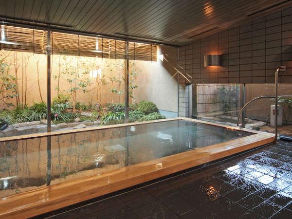 最上階には大浴場をご用意。庭園を眺めながら足を伸ばし、疲れを癒す。利用時間:6時~9時・15時~25時