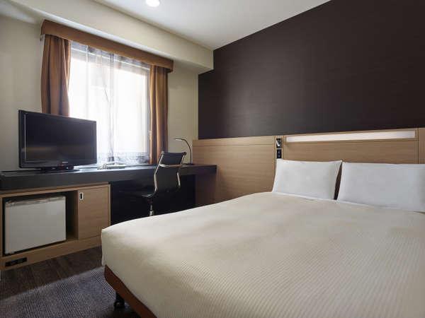 スタンダードダブル ベッドはゆとりのセミダブルサイズ。ズボンプレッサーも標準装備。