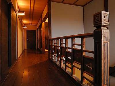 昭和初期の木造3階建てを生かし現代のモダンテイストを取り入れた館内