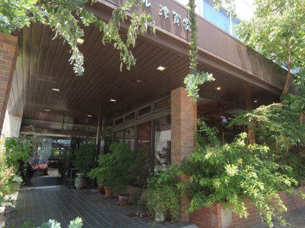 観葉植物でお出迎え♪【外観】JR古河駅徒歩100歩以内!お車でお越しの方も、駐車場無料で便利♪