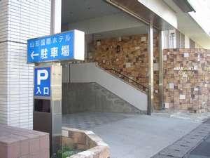 【ホテル西出入口】階段を上がれば広々としたロビーが広がります。フロントはその奥にございます。
