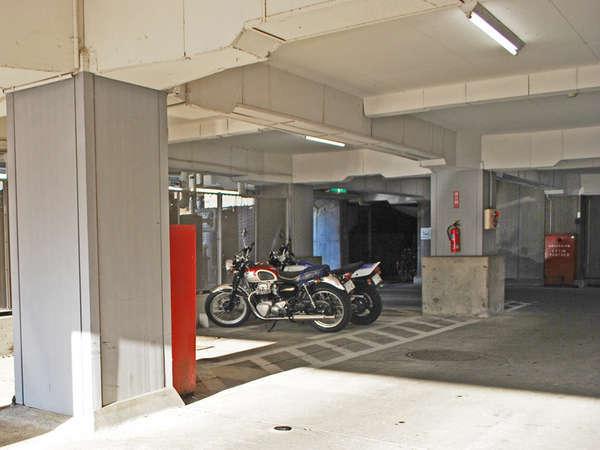 雨が降っても屋根つきの駐車場なので安心!