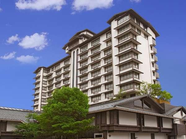 観光客で賑わう諏訪湖畔から少し入った静かな環境に佇む12階建て
