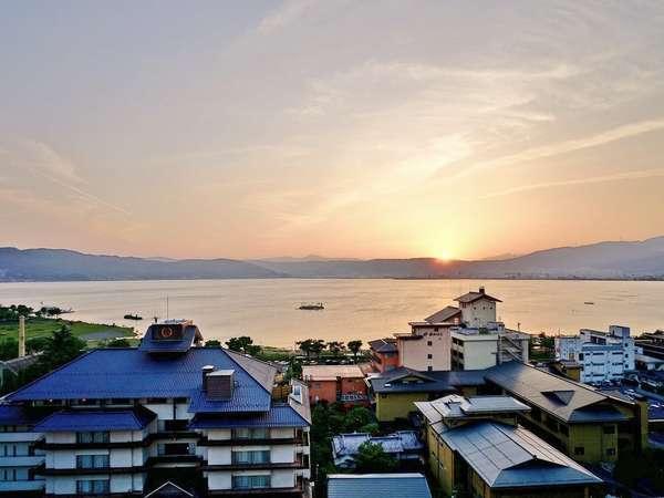 【諏訪湖絶景フロア】諏訪湖に沈む夕焼けの情景