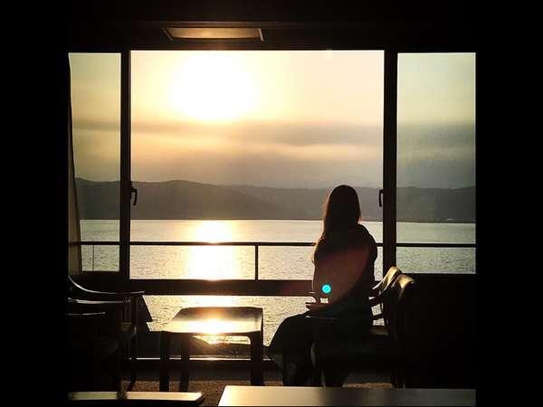諏訪湖絶景フロアの客室から眺める夕日