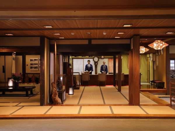 入り口正面の上段の間には、たむらの歴史を感じる調度品が展示されています。