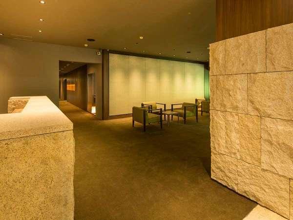 2015年6月リニューアルしたエントランスロビー。錆石を使ったスタイリッシュなエントランス