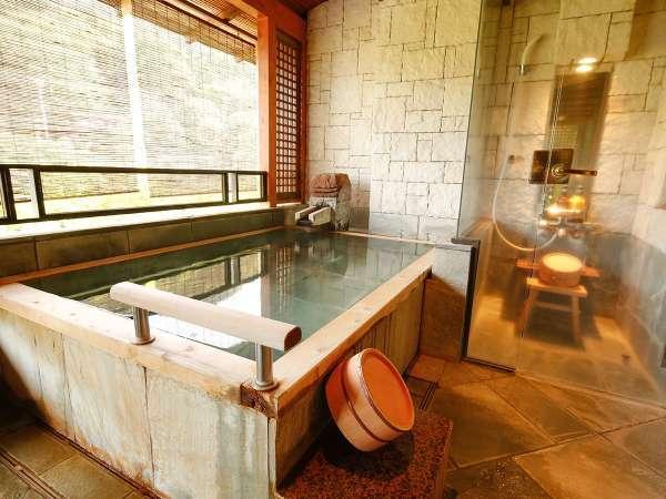 【Gタイプ:漱石】源泉掛け流しの露天風呂。渓流からの心地よい自然の音に、優しく包まれる至福の時間。