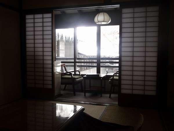 明治維新からたった8年まだ江戸時代の雰囲気が漂う100年以上の時が現代に転送したようなモダンな客室
