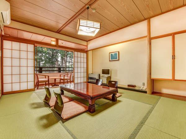 **和室10畳(一例)窓の外の豊かな森を眺めて癒しのひとときを。