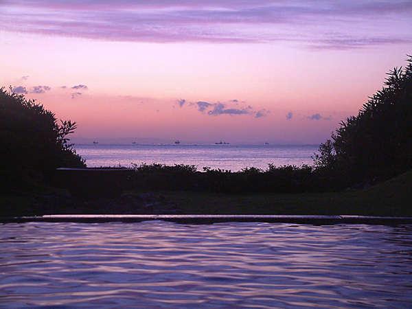 朝焼けに染まる海、月光が海面に描く「月の道」…時々刻々と色を変える絶景と共に楽しんで