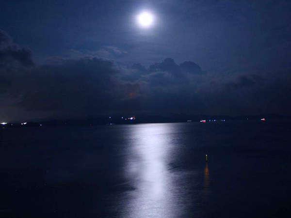 月の光が静かな水面にまるで道のように映える「ムーンロード」。お部屋のバルコニーからご覧いただけます。