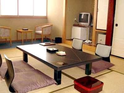 全室和室10畳のアウトバストイレ付無料冷蔵庫(空)やエアコンは完備されています