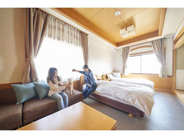 広々和洋室:ワンちゃんとご一緒にベッドや布団で寝ることができます。(45㎡ 定員4名)