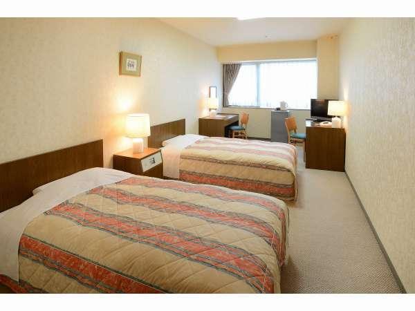 ツインルーム広めのお部屋でくつろげます ※ベッドの配置は写真と異なる場合がございます。