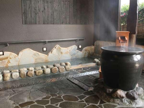 【1階露天風呂】入口にある「足つぼの湯」足裏をマッサージしながら温泉効果も期待できちゃう♪