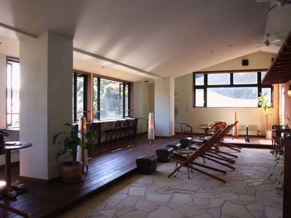 3階フロント奥の「ヒーリングルーム」別府湾を眺めながらのんびり。