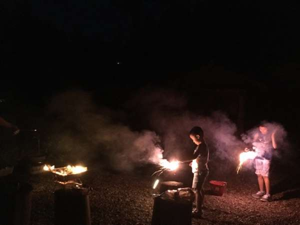 庭では、焚火や花火を楽しめます。