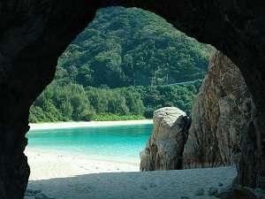 自然洞窟をくぐり抜けると目の覚める ケラマブルーが広がっています。